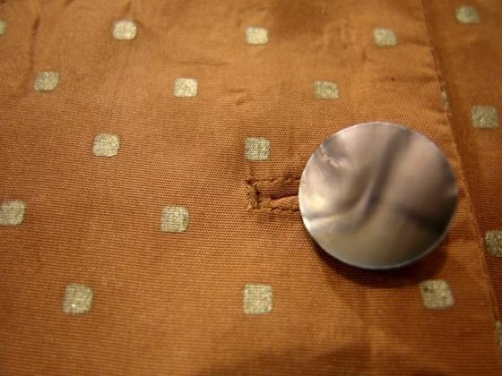 Zwanziger-Jahre-Seidenkleid mit Perlmuttknopf.